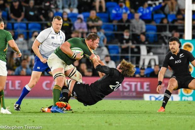 Duane Vermeulen tackled by Ethan Blackadder